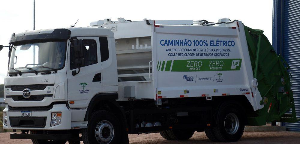 Caminhão elétrico da BYD é parte de projeto de coleta de lixo orgânico que irá alimentar usina de biogás, em Ponta Grossa, Paraná