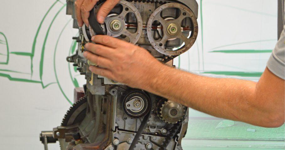 Nesta edição mostramos o procedimento correto para a substituição da correia de sincronismo dos motores utilizados por Renault e Peugeot